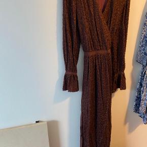 Kun prøvet på kort, virkelig smuk kjole med slå og flotte detaljer. Fremstår som ny.