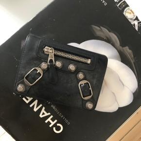 Balenciaga pung købt i holly golightly.  Brugt og har patina, men er stadig i fin stand.   Se også mere på Instagram @nextup_vintage. Her bliver der også lagt nye fund op ☺️