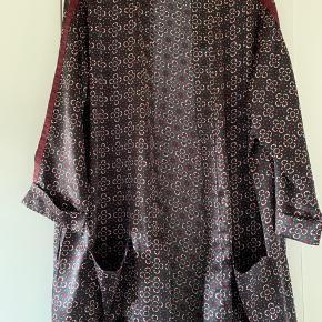 Sød kimono fra Zoey med 3/4 ærmer. Kun brugt få gange.