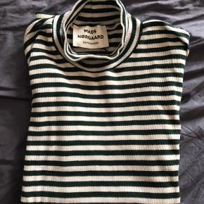 Klassisk Mads Nørgaard t-shirt med korte ærmer og høj hals. Stribet i mørkegrøn/hvid.