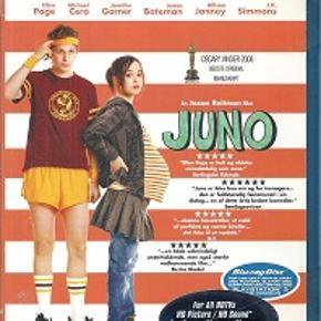 4027 - Juno (Blu-ray) Dansk Tekst - I FOLIE    Juno Juno MacGuff (Ellen Page) er en næsten helt almindelig, frisk pige. Hun gør, hvad der passer hende, uden at skæve til, hvad folk omkring hende mener er rigtigt. Det er derfor, hun springer på den charmerende, men lidt kejtede Bleeker (Michael Cera, Superbad), og det er derfor, hun havner i den uheldige situation, at hun pludselig er gravid. Efter at være kommet sig over det første chok beslutter hendes forældre sig for at støtte Juno, hvad hun end vælger at gøre. Juno kan naturligvis ikke få sig selv til at få en abort, så i stedet giver hun sig, sammen med veninden Leah (Olivia Thirlby), til at lede efter det perfekte adoptivpar til sit ufødte barn.   Fantastiske Ellen Page (Hard Candy) spiller hovedrollen i denne spøjse komedie skrevet af Diablo Cody (aka Brook Busey-Hunt), der mest er blevet berømt, fordi hun er tidligere stripper. Jason Reitman, der lavede den ikke rigtig vellykkede Thank You for Smoking, instruerer.