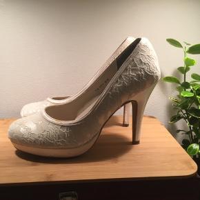 Hvide brudesko eller konfirmand sko  Brugt 1 gang med blonde Mærket Touch ups