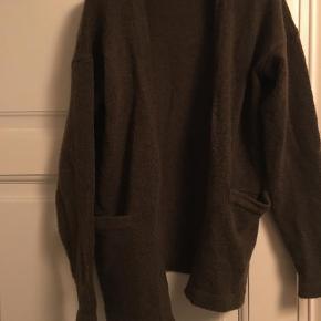 Varetype: Kort Farve: Olivengrøn  Helt ny cardigan. Har bare ligget i skabet, får den ej brugt. Fra ikke-ryger hjem.