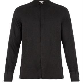 Varetype: Silke Jacquard Skjorte Størrelse: 37 Farve: Sort Oprindelig købspris: 5000 kr. Kvittering haves. Prisen angivet er inklusiv forsendelse.  Silke skjorte fra Saint Laurent.   Størrelse 37. Fitter løst i størrelsen. Perfekt til en strørrelse Small.  Super lækker og luksuriøst i materialet. Perfekt til skinny jeans. Fremstår i perfekt stand.  Købt i Paris og sælges i perfekt købt stand med original tag samt kopi af kvittering.   Nypris 5.000kr Sælges for 3.000kr inkl forsendelse.