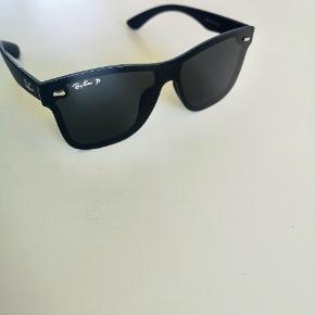 Super lækre Ray Ban Polorized solbriller, glasset er med spejl effekt. God pasform og god kvalitet. Med æske men uden kvittering. Ny pris 1.495 kr.