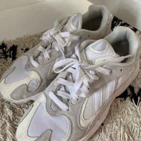 Adidas Yung-1 sneakers i farven hvid/creme. Brugt 2 gange - så fremstår nærmest som nye.  Normale i størrelsen. Bytter ikke!