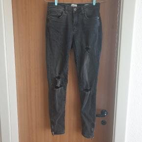 Lækre jeans fra ONLY, modellen hedder KENDELL regular skinny. Størrelsen er 28/32, og passer en small.