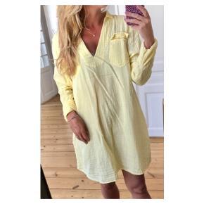 Skøn tunika. Perfekt over bikini Se også mine andre annoncer eller følg mig på Instagram @2nd_love_preowned_fashion