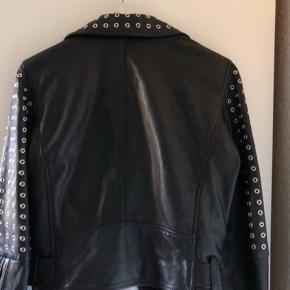 Fed jakke fra zara, størrelse small Aldrig brugt, stadig med prismærke   Byd gerne