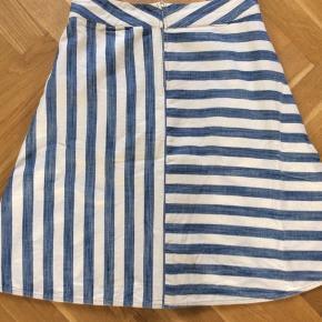 Velkendte nederdel, som er virkelig fin på.  Livvidde 40*2 cm Længde 59 cm.  Bemærk den fine detalje med striberne bagpå. Fejler intet.
