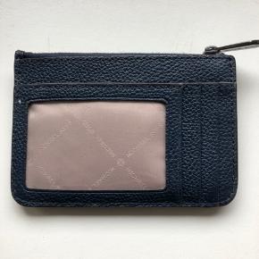 Fin lille kortholder/pung med nøglering
