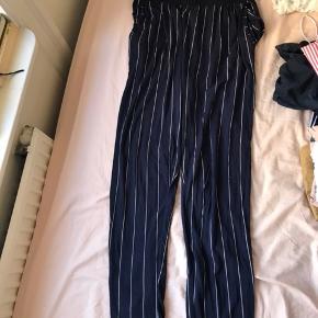 Sæt: Størrelse på bluse: small Størrelse på bukser: medium   Pris: Bluse: 150 kr.  Bukser: 200 kr.  Både bluse og bukser: 300 kr.   Kan afhentes på Nørrebro.  Fragt betales af køber.