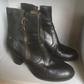 Mærke: Tomaris Størrelse: 38 Farve: sort Materiale: læder Stand: kun brugt få gange, fremstår derfor som nye  Sælges 255 kr