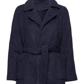 Elegant og blød jakke fra Samsøe & Samsøe sælges, da jeg ikke får den brugt nok. Kom med et bud - skal sælges :-)