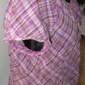Varetype: T-shirt Farve: Lilla  Bryst 2x65 cm+ idt mere. Længde 68 cm. 100% cotton.  Kom med et friskt bud på mine vare, alle bud tages seriøst, nogle syntes 40 Kr. er mange penge mens andre syntes det er et greb i lommen. hvis jeg syntes det er for lidt, kan vi vel forhandle lidt, der bliver ingen sure svar tilbage. Enten kan vi blive enige eller også bliver der jo bare ingen handel  Se også mine andre vare, har rigtig mange. Det er nu også blevet muligt for mig at sende med Dao, så skriv hvis man ønsker det, de priser jeg har på annonce porto er post DK.