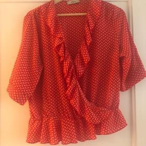 Smuk bluse fra Stig P i rødt print.   Jeg sælger også nederdelen hvis man ønsker hele sættet.