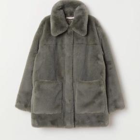 Skøn frakke i kunstpels fra H&M. Ligeskået jakke med stor krave, lukkes med skjulte trykknapper.  Brugt 1 gang.  Fast pris, bytter ikke, køber betaler porto + evt. TS gebyr