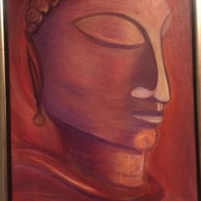 Flot maleri af Buddha i varme rødlige farver. Har fin træramme i sølv inkl. lige til at hænge op. Mål: 34 bred og 44 cm høj.  Har masser af andet kunst på min side, kig nærmere😊