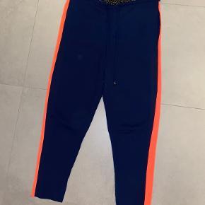 Mads Nørgaard løse lette bukser med flot detalje i siden og i livet. Perfekte cozy bukser til sommer :) passer en small/medium