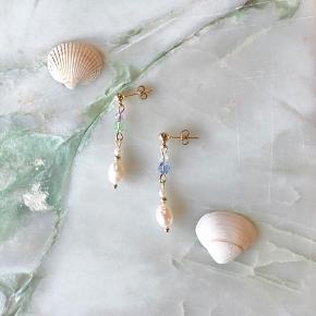 Håndlavet øreringe med facetslebne glasperler og ferskvandsperle på en guldbelagt ørestik 🐚  40kr pr ørering 70kr for et sæt ✨