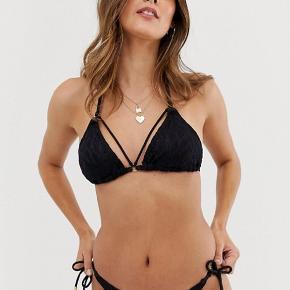 Bikini trusse fra Dorina Til den ferie du ikke har booket endnu Lavtaljet Hæklet blonde på toppen Snøre i siderne Trussesnit  Materiale: 47% Polyamid, 44% Polyester, 9% Elastan.  Nypris var 119kr.  Sælges nu billigt.