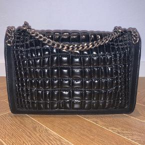 Zara læder taske med kraftig kæde i mat sølv.   Mål: 30 B x 20 H x 8,5 D cm  Meget velholdt.