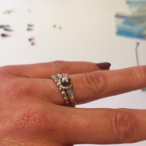 """To ringe som sæt fra Pandora. Den ene er 14 karat guld, den anden i sølv med """"vedhæng"""" i 14 karat guld og pink zirkon, som binder de to ringe smukt sammen.   Ringene er i str. 54.   Skriv for flere billeder eller oplysninger.   Kom gerne med et bud :-)"""