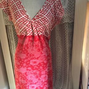Rød smart sommerkjole i fedt design. Blomsterkjole. Str 42-46 alt efter hvor kropsnær den skal være. Godt med stretch i stoffet. Bomuld.