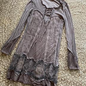 Brugt super blød kjole, slidt look.  Skøn, varm, blød og behagelig med fede detaljer  Pga. Stand billig