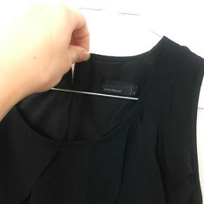 Sort let kjole med flæser foran, str. M men lille i str. og kan sagtens passe S🖤