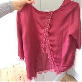 Minimum trøje i small. Aldrig brugt.  Ny pris 450 kr. Sælger den virkelig billigt.   Kom med et bud