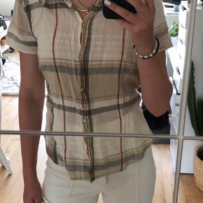 Stribet beige/brun skjorte. Det er en str l men den er lille i størrelsen. jeg er normalt en xs/s. Kan hentes i Karise eller sendes hvis køber betaler fragt.🥰