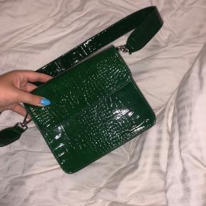 Sælger den fine, super populære taske fra hvisk, har kun været prøvet hjemme og aldrig været brugt.  Modtager gerne bud!