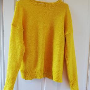 Flotteste gule strik! Dejlig varm. Købt af anden sælger, dog ingen tegn på slid. Tager ikke billede af tøjet på 🌺
