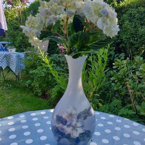 Fin mindre vase. Har lille hårrevne ved top, ses ikke ved brug.