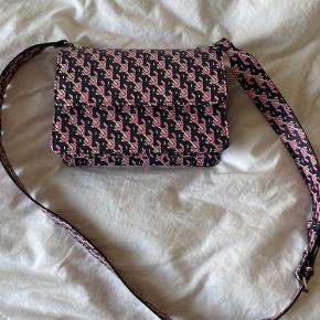 Smuk og rummelig taske 🌸