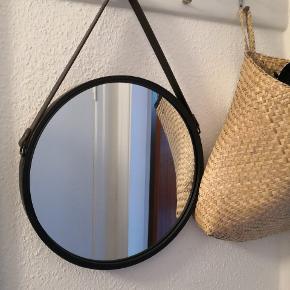 Rundt spejl med læderrem. 39,5 dm. Den sorte kant er af metal og selve remmen er i brunt læder. Pæn stand.  KUN TIL AFHENTNING - Horsens C.