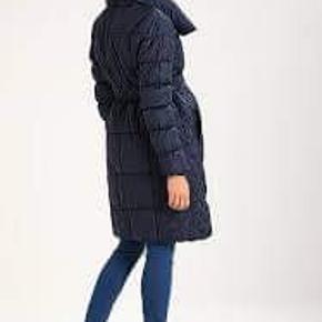 Brugt i en måned, vasket i neutral og klar til brug. Dejlig varm frakke til at holde dig og maven varm i vinter månederne.