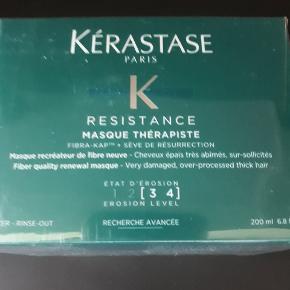 Helt nye og uåbnede, stadig i cellofan.  Kérastase resistance masque therapiste 3-4 200 ml.  Jeg fyldte rundt i marts, havde ønsket mig lækkerier til krop og hår - og det fik jeg. Men jeg har desværre ikke plads til det hele og sælger derfor ud...  To stk. for 325,- kr.