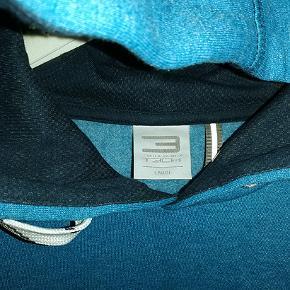 Flot mørk turkisblå hættetrøje fra Jack & Jones Tech. Brugt en enkelt gang og som ny.