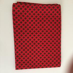 Dug. Original Provence stof fra Sydfrankrig fra Valdrôme. Provencedug 121x89cm. Rød med grøn/ gul / sort mønster. Klassisk mønster.  100% bomuld. Vaskes på 40 grader.