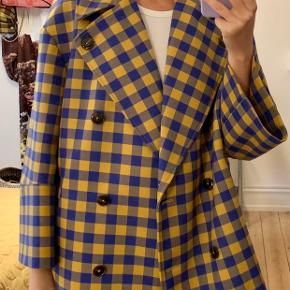 Fed oversize frakke med brede ærmer fra Baum und Pferdgarten.