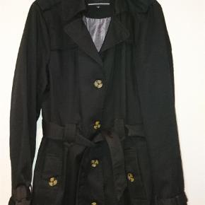 Halvkort trenchcoat fra Freequent, sort, str XL. Næsten ikke brugt.   Trenchcoat Farve: Sort