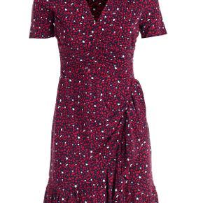 Jeg har denne helt nye og smukke kjole fra Michael Kors som jeg aldrig har brugt da det er en XS. Den er meget normal i størrelsen men jeg bruger selv S, så nu bliver den solgt.   Den har kostet 1900 kr og sælges nu til 800 kr.   Style: MS98YM1AZG Material : Viscose Specification : 95% VISCOSE 5% ELASTANE Color : 619 TRUE NAVY SCARLET