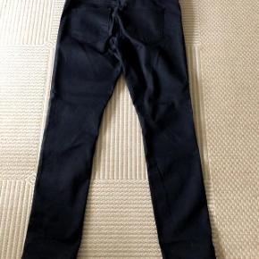 Denim sorte skinny regular  bukser med sølvnitter på benene str w 32 L 32. livvidde 90 cm og indvendig benlængde 80 cm