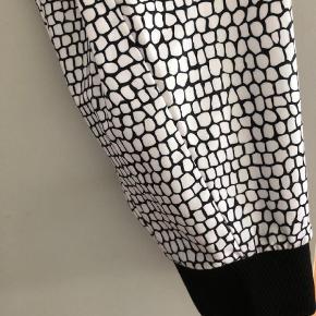 Varetype: Trænings Størrelse: 36 Farve: Hvid Oprindelig købspris: 899 kr.  Lækre bløde bukser. Ingen huller eller andet.