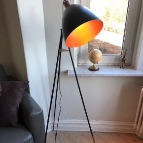 Lampe sælges. Nypris 700kr inkl pære. Købt i Silvan i sommer og kvittering haves. BYD