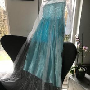 Passer en str 5-7år  Samt en del andre ubrugte prinsesse/fest og enkelte brudepigekjoler God kvalitet   Aldrig brugt da hun ville være noget andet til en udklæningsfest.🙈🙈🙈 Prisen er fast