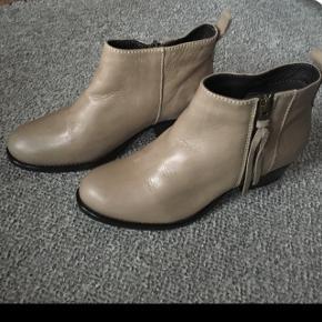 Beige/grå ankelstøvle. Kun prøvet på.