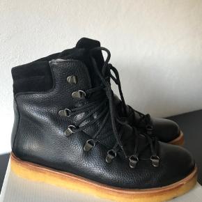 NY PRIS!! Angulus Czarny vinterstøvler med foer. Købt for små og derfor aldrig brugt. Ekstra snørebånd medfølger.
